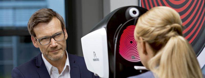Deskundige oogmeting met de DNEye scanner bij Boonstra Brillen & Contactlenzen Apeldoorn