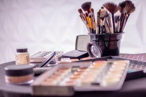 Make-uptips voor brildragers tijdens de feestdagen